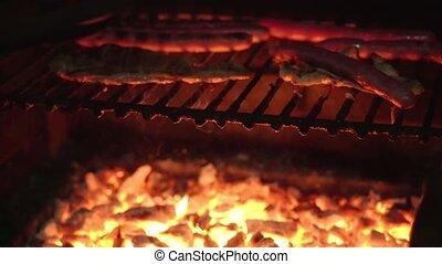 salchichas, side., asado parrilla, otro, hombre, tocino, flips, fuego