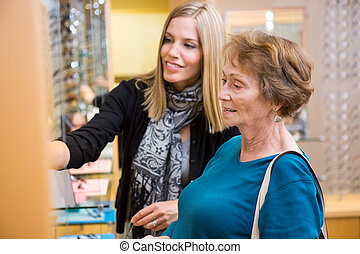salesgirl, assistieren, älter, kunde, in, auswählen, brille