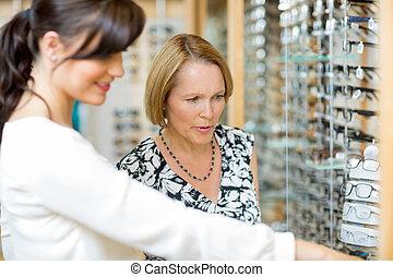 salesgirl, assistieren, frau, in, auswählen, brille