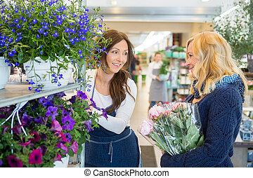 salesgirl, assistieren, kunde, in, kaufen, blume