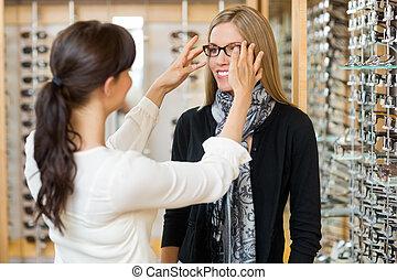 salesgirl, ayudar, cliente, a, en, llevando gafas