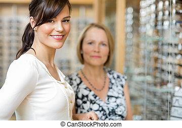 salesgirl, mit, ältere frau, in, optiker, kaufmannsladen