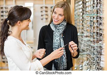 salesgirl, und, kunde, halten gläsern, in, laden