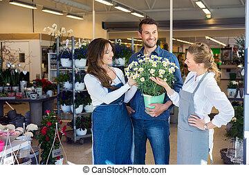 salesgirls, assistieren, mann, kunde, in, kaufen, blume, betriebe