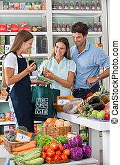 saleswoman, mostrando, vegetal, pacote, para, par