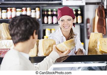saleswoman, säljande, ost, till, man, in, specerier lager