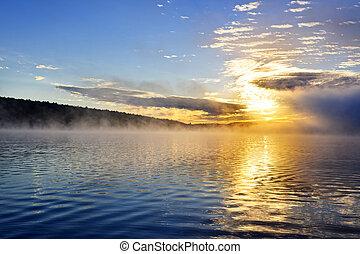 salida del sol, en, brumoso, lago