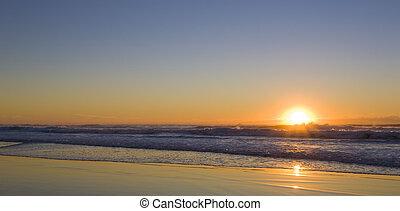 salida del sol, en la playa