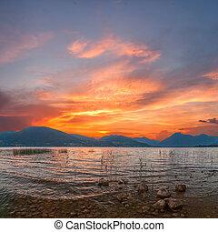 salida del sol, en, lago, con, majestuoso, nubes