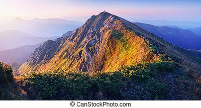 salida del sol, en las montañas