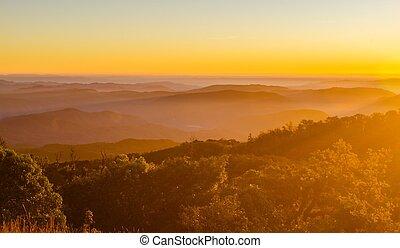 salida del sol, en las montañas, paisaje