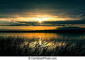 salida del sol, encima, el, lago, en, el, cielo nublado