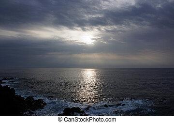 salida del sol, encima, el, océano, por, el, nubes, con, ondas, chocar, al