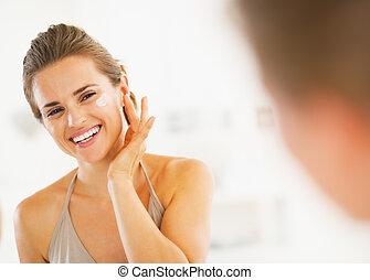 salle bains, femme, demande, jeune, heureux, crème