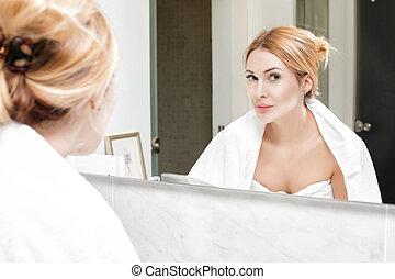salle bains, femme, elle-même, regarde, miroir