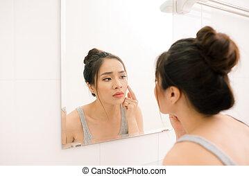 salle bains, femme, jeune regarder, miroir, maison, sourire