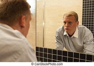 salle bains, gueule bois, homme