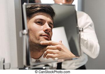 salle bains, hôtel, beau, regarder, image, closeup, homme affaires, miroir, voyage, pendant, salle