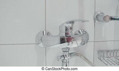salle bains, lent, robinet, haut, mouvement, fin, blanc, ouvre, homme