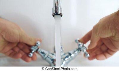 salle bains, règle, robinet, température, deux, eau, mains, homme
