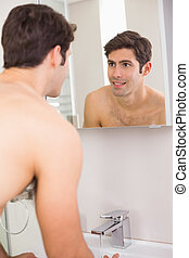 salle bains, soi, jeune, miroir, sourire, vue postérieure