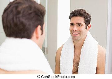 salle bains, soi, miroir, homme souriant, vue postérieure