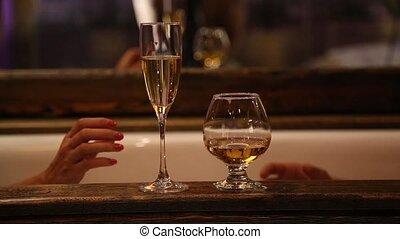 salle bains, vieux, écumer, couple, haut, jeune, cognac, fin, boire, champagne