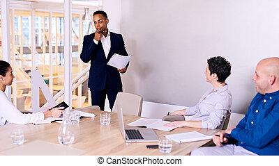salle conférence, donner, membre, 3, planche, homme affaires, présentation