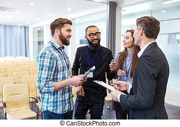 salle conférence, gens, inspiré, jeune, projet, nouveau, discuter