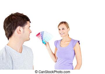 salle, couleur, couple, jeune, choisir, caucasien
