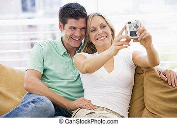 salle de séjour, couple, appareil photo, numérique, sourire