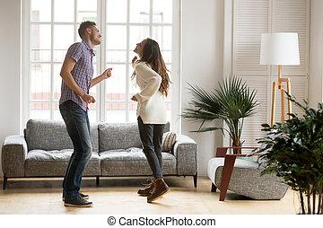 salle de séjour, danse, couple, jeune, ensemble, amusement, avoir, heureux