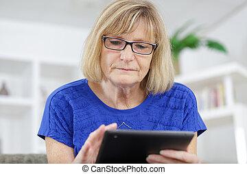 salle de séjour, femme, utilisation, tablette, numérique, maison, personne agee