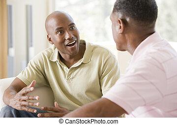 salle de séjour, hommes, deux, conversation, sourire