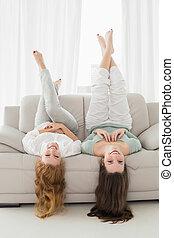 salle de séjour, jeune, sofa, deux, air, femme, maison portrait, sourire, jambes, amis, mensonge