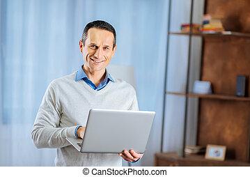 salle de séjour, ordinateur portable, poser, homme souriant