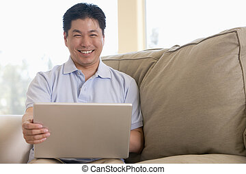 salle de séjour, ordinateur portable, utilisation, homme souriant