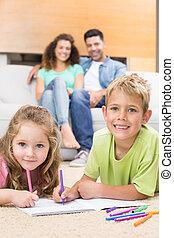 salle de séjour, regarder, sofa, tapis, parents, coloration, frères soeurs, maison, heureux
