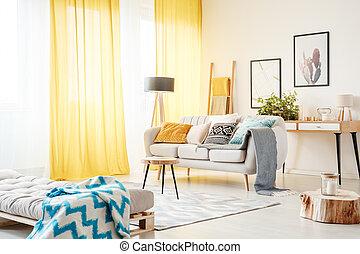 salle de séjour, rideaux jaunes