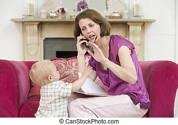 salle de séjour, téléphone, froncer sourcils, mère, bébé,...