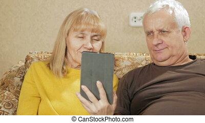 salle de séjour, tablette, séance, sofa, couple, quoique, tenue, numérique, portrait, personne agee, sourire
