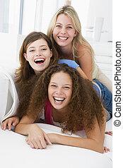 salle de séjour, trois, sourire, jouer, femmes