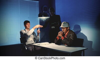 salle, donner, type, noir, détectives, soupçonné, arrosez verre, caucasien, interrogation