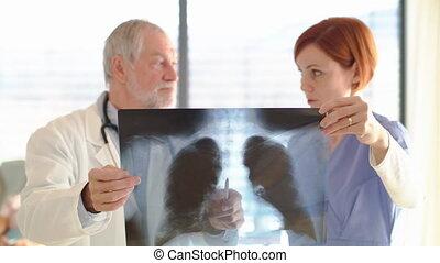 salle, médecins, debout, hôpital, x-ray., examiner