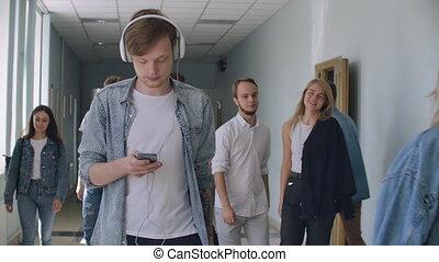 salle, marche, collège, smartphone, écran, écoute, bas, regarde, musique, homme