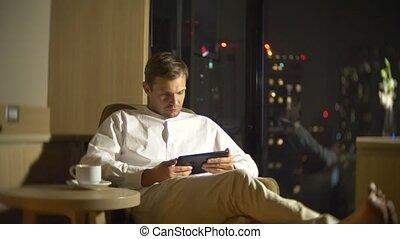 salle, négligence, panoramique, ordinateur portable, jeune, arrière-plan., fenêtre, homme, barbouillage, utilisation, chaise, beau, 4k, night., gratte-ciel