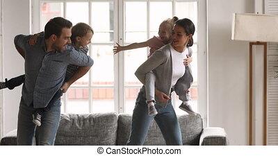 salle, peu, gosses, vivant, ferrouter, parents, ensemble, jouer, heureux