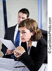 salle réunion, femme affaires, réunion, regarder