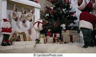 salle, tablette, type, écran, arbre, vert, santa, gifts., toucher, cheminée, noël