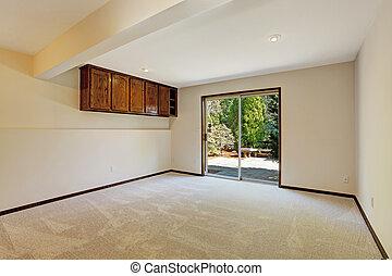 salle vide, à, diapo, porte, à, arrière-cour